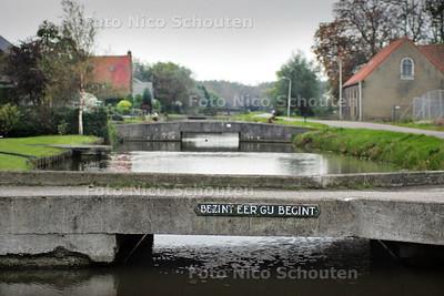 """HC - DWARSKADE 21-29, NOOTDORP - """"Bezint eer ge begint"""" staat er op een van de bruggetjes van de tuinders die wegmoeten voor de aanleg van een nieuwe weg. Of ze zolang geleden al konden weten dat dit zou gebeuren is onwaarschijnlijk - NOOTDORP 16 OKTEBER 2004 - FOTO NICO SCHOUTEN"""