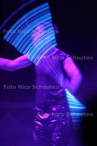 HC  - CIRCUS RENZ - Jongleur met lichtgevende stokken - DEN HAAG 12 OKTOBER 2004 - FOTO NICO SCHOUTEN