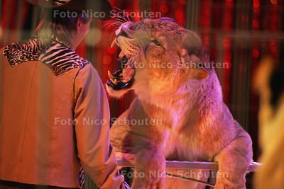 HC  - CIRCUS RENZ - Leeuwen dressuur - DEN HAAG 12 OKTOBER 2004 - FOTO NICO SCHOUTEN
