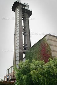 HC - AD HOC ANTIEKRAKER XANDER GREGORROWISCH (links onder) bij de toren van het NEHERLABORATORIUM - LEIDSCHENDAM 22 SEPTEMBER 2004 - FOTO NICO SCHOUTEN