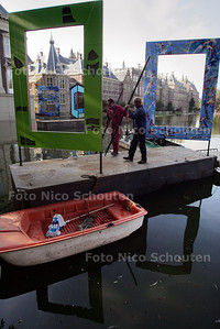 """POESIE  KUNSTPROJECT OP HOFIJVER - iniatiefneemster Hermance Schaepman organiseert """"Poesie in de hofvijver"""". Twaalf pontons (van iedere EU lidstaat een) met kunstwerk gaan de vijver sieren - DEN HAAG 16 SEPTEMBER 2004 - FOTO NICO SCHOUTEN"""