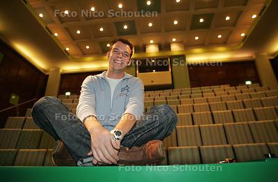 HC - AD HOC ANTIEKRAKER XANDER GREGORROWISCH in de presentatiezaal van het NEHERLABORATORIUM - LEIDSCHENDAM 22 SEPTEMBER 2004 - FOTO NICO SCHOUTEN