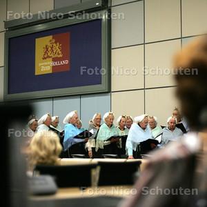 HC - SCHEVENINGS VROUWENKOOR IN PROVINCIEHUIS TBV PRESENTATIE WOORDENBOEK SCHEVENINGS DIALECT - DEN HAAG 10 SEPTEMBER 2004 - FOTO NICO SCHOUTEN