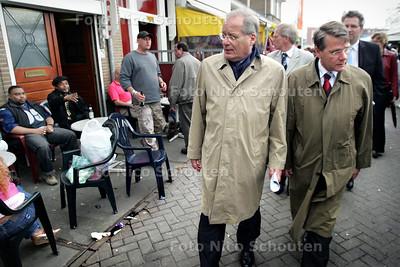 HC - MINISTER DONNER IN TRANSVAAL - Burgemeester Deetman geeft min. Donner een rondleiding door Transvaal. Er wordt stug door gelopen, echte gesprekken worden er niet aangegaan. De tien meter over de markt zijn toch wel eng als er wat mensen met een biertje op beginnen te roepen. - DEN HAAG 4 APRIL 2005 - FOTO NICO SCHOUTEN