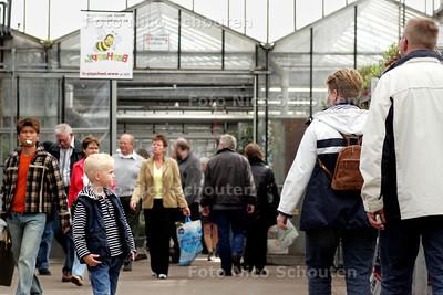HC - KOM IN DE KAS - Drukte bij de potplanter en bijenhouder van Vliet - RIJSWIJK 2 APRIL 2005 - FOTO NCIO SCHOUTEN
