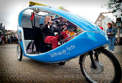 DELFT 6 AUGUSTUS 2005 - student Merel Baas (ouderlijk huis Zutphen, studerend in Den Haag) rijdt als vakantiebaan toeristen rond in een zogenaamde velo-taxi. - FOTO NICO SCHOUTEN