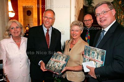 """HC - PRESENTATIE BOEK """"HUIS SCHUITENBURCH"""" - bij verhaal Gijsbert Spierenburg - DEN HAAG 24 AUGUSTUS 2005 - FOTO NICO SCHOUTEN"""