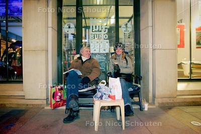 AD/HC - ERIC EN SASKIA WACHTEN VOOR KAARTJES ROLLING STONES - DEN HAAG 2 DECEMBER 2005 - FOTO NICO SCHOUTEN