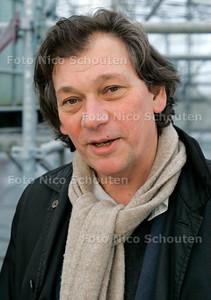 AD/HC - WERKZAAMHEDEN VAILLANTFONTEIN - Architekt Jo Coenen op werkbezoek. Op het Vaillantplein komt het sluitstuk van de Vaillantlaan. Een groot waterbasin met kleurig tegelwerk een fontein en een waterval. Het tegelwerk gebeurt nu in een grote tent - DEN HAAG 1 DECEMBER 2005 - FOTO NICO SCHOUTEN