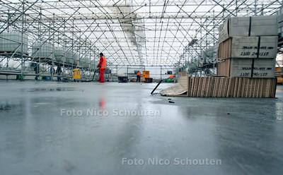 AD/HC - WERKZAAMHEDEN VAILLANTFONTEIN - Op het Vaillantplein komt het sluitstuk van de Vaillantlaan. Een groot waterbasin met kleurig tegelwerk een fontein en een waterval. Het tegelwerk gebeurt nu in een grote tent - DEN HAAG 1 DECEMBER 2005 - FOTO NICO SCHOUTEN