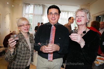 HC - OPENING EXPOSITIE LUIS ACOSTA, vlnr Silia A. Raiola (consulair argentijnse ambassade) Luis Ascosta (ontwerper, van oa zijn stropdas!) en Thea van Loon (galeriehouder) - DEN HAAG 19 FEBRUARI 2005 - FOTO NICO SCHOUTEN