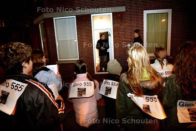 HC - KINDEREN ZINGEN VOOR GIRO 555 IN HET LAAKKWARTIER - DEN HAAG 6 JANUARI 2004 - FOTO NICO SCHOUTEN