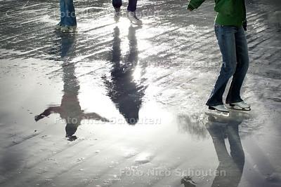 HC - ZONNIG LENTEWEER IN JANUARI - Ondanks grote waterplassen was de schaatsbaan op het Spuiplein wel open. - DEN HAAG 12 JANUARI 2005