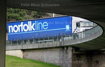 DEN HAAG 13 JANUARI 2005 - De Opleggers van Norfolkline zullen binnen een jaar verdwenen zijn uit het Haagse stadsgezicht. De veerdienst heeft een aanlegplaats gekocht in de Rotterdamse haven waar het bedrijf veel meer uitgroei mogelijkheden heeft. In Scheveningen had zij dat niet genoeg. Het bedrijf wil twee keer zo groot worden. Dit kan omdat in Vlaardingen twee schepen tegelijk aangelegd kunnen zijn. Ookwat goed voor ongeveer 100 arbeidsplaatsen moet zijn. Omdat er in Scheveningen