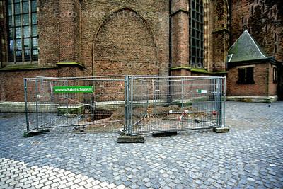 KERKPLEIN NOG STEEDS NIET AF - Bijna twee jaar is de buurt rond de grote kerk geteisterd door opknap werkzaamheden. Kosten noch moeite werden gespaard om deze monumentale omgeving een beetje alure te geven. Nu zit het werk er eindelijk op. Maar Den Haag zou Den Haag niet zijn als de straat toch weer niet open moest: gaatje graven, hekje erom, en wachten maar weer. O,o, Den Haag... - DEN HAAG 23 JANUARI 2005 -  FOTO NICO SCHOUTEN