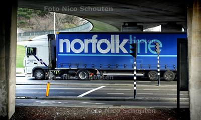 HC - NORFOLKLINE -  De opleggers van Norfolklijn gaan verdwijnen uit het haagse stadsbeeld zoals hier onder het Hubertusviaduct, vlak voor het gevaarlijkste punt op de route, de afslag naar het viaduct zonder verkeerslichten waar erg veel fietsers passeren . - DEN HAAG 13 JANUARI 2005 - FOTO NICO SCHOUTEN