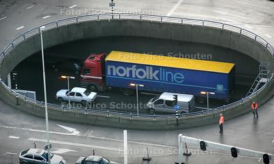 HC - Norfolk wagen op de Utrechtse baan. Gezien vanuit hoogbouw Prinsenhof  - DEN HAAG 22 JANUARI 2005 - FOTO NICO SCHOUTEN