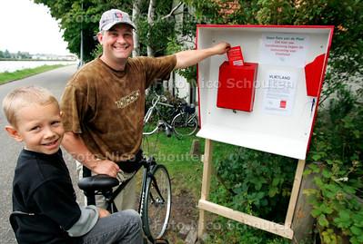 HC - HANDTEKENINGENAKTIE TEGEN BOUW IN VLIETLANDEN - LEIDSCHENDAM 25 JULI 2005 - FOTO NICO SCHOUTEN