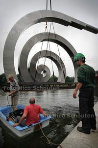 HC - PLAATSING KUNSTWERK GROTE DOBBE (DOBBEPLAS) - ZOETERMEER 8 JULI 2005 - FOTO NICO SCHOUTEN