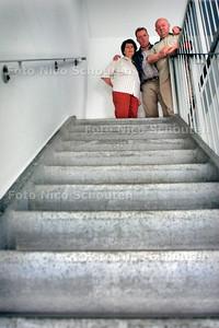HC - FAM. VAN VEEN VAST OP 7E VERDIEPING - Doordat de lift niet werkt. In het midden staat de zoon die op de 4e etaga woont. - DEN HAAG 22 JULI 2005 - FOTO NICO SCHOUTEN
