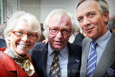 HC - OPENING EXPOSITIE KEESVERKADE, PULCHRI - vlnr Mevr Huf (weduwe van Paul Huf), Kees Verkade en Willem van Vollenhoven - DEN HAAG 11 JUNI 2005 - FOTO NICO SCHOUTEN