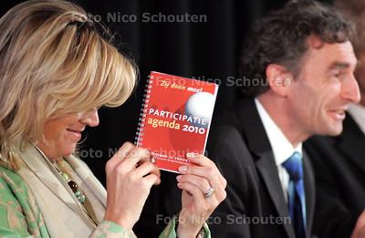 GPD - COMMISSIE PAVEM - Terwijl Paul Rosenmoller de Peter Balkenende toespreekt laat Maxima de Participatie agenda van de commisie zien - DEN HAAG 9 JUNI 2005 - FOTO NICO SCHOUTEN