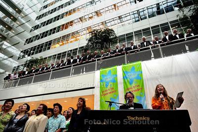 HC - VERBETERDE VERSIE - OPENING INDISCHE ZOMER - Wieteke van Dort zingt - DEN HAAG 3 JUNI 2005 - FOTO NICO SCHOUTEN