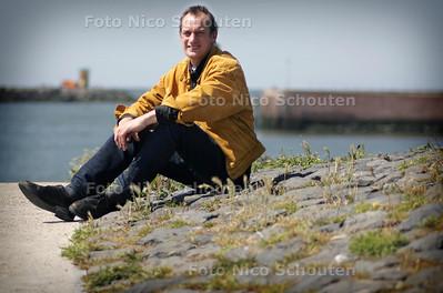 Schrijver/Journalist Louis de Jonge in de scheveningse haven - Den Haag 8 juni 2005 - foto Nico Schouten