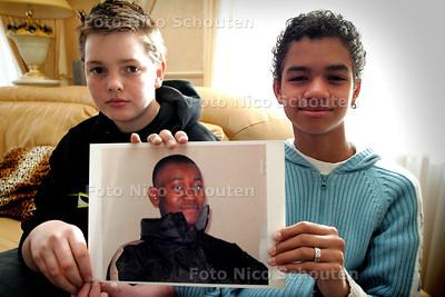 HC - VRIENDJES VAN UITGEZETTE ANGOLESE JONGEN - DEN HAAG 13 MAART 2005 - FOTO NICO SCHOUTEN