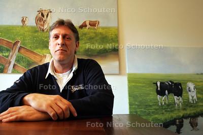 """HC - NICO STET, HANDBALCOACH HELLAS - Voor zijn eigen werk, """"lekker rustig schilderen is wel lekker na die stress"""" - DEN HAAG 9 MAART 2005 - FOTO NICO SCHOUTEN"""