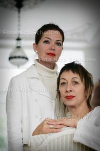 HC - DE HEMEL ZIET BLAUW VAN DE DAGEN - Gepke Witteveen (l) en Guusje van Tilborch - DEN HAAG 16 MEI 2005 -  FOTO NICO SCHOUTEN
