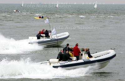 HC - NORTHSEE REGATTA 2005 - wedstrijdleiding ? in snelle speedboten - DEN HAAG 16 MEI 2005 - FOTO NICO SCHOUTEN