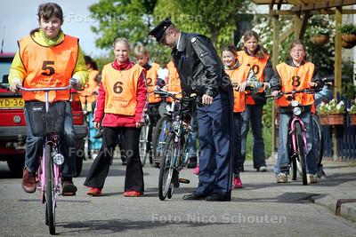 HC - VERKEERSEXAMEN STOMPWIJK - Voordat de kinderen beginnen ondergaan de fietsen een strenge controle - STOMPWIJK 11 MEI 2005 - FOTO NICO SCHOUTEN