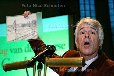 """AD/HC - PRESENTATIE BOEK """"DEN HAAG GESCHIEDENIS VAN DE STAD"""" - Kees van Kooten en het centrum van het heelal, gezien door zijn kinderogen. - DEN HAAG 4 NOVEMBER 2005 - FOTO NICO SCHOUTEN"""