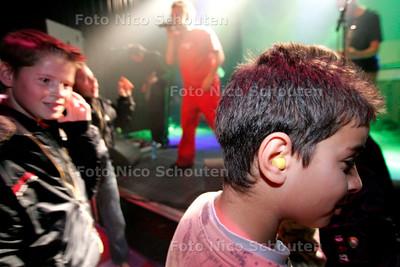 AD/HC - HOORTEST IN PAARD VAN TROJE - De kinderen kregen oordopjes uitgerijkt - DEN HAAG 1 NOVEMBER 2005 - FOTO NICO SCHOUTEN