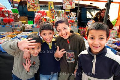 AD/HC - SUIKERFEEST? (COMMERCIELE MARKT/KERMIS) - De kinderen hebben thuis hun buikje al rond gegeten, dus hier blijft het alleen bij kijken naar de zoetigheden. - DEN HAAG 5 NOVEMBER 2005 - FOTO NICO SCHOUTEN