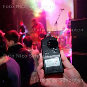 AD/HC - HOORTEST IN PAARD VAN TROJE - dB meter slaat in het rood - DEN HAAG 1 NOVEMBER 2005 - FOTO NICO SCHOUTEN
