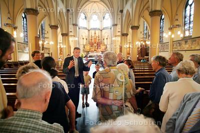 AD/HC - GEEN BISSCHOP BAR IN BONIFATICUSKERK -  In plaats daarvan geeft pastoor Lex van deelen een rondleiding - RIJSWIJK 10 SEPTEMBER 2005 - FOTO NICO SCHOUTEN