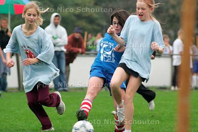 AD/HC - SCHOOLVOETBALTOERNOOI - Op het terrein van Duindorp sv - DEN HAAG 2 NOVEMBER 2005 - FOTO NICO SCHOUTEN
