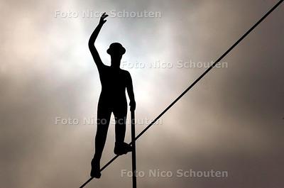 """AD/HC - """"ONTHULLING"""" KUNSTWERK SHELL NIEUWBOUW - DEN HAAG 7 OKTOBER 2005 - FOTO NICO SCHOUTEN"""