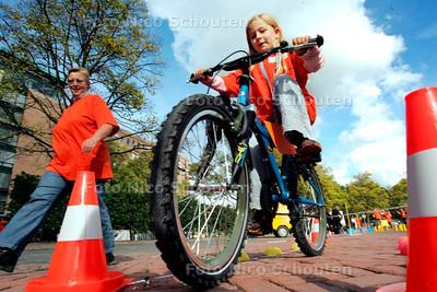 AD/HC - DE VEILIGE SCHOOLPRIJS 2005 - Buiten waren er activiteiten voor de kinderen - DEN HAAG 3 OKTOBER 2005 - FOTO NICO SCHOUTEN