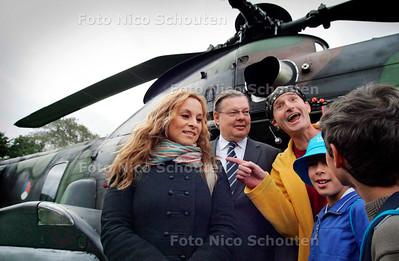 AD - NATIONALE UNICEF LOOP - Trijntje Oosterhuis komt aan per Helicopter en wordt verwelkomt door Weth. Stolte en Ernst Bobby en de rest - DEN HAAG 1 OKTOBER 2005 - FOTO NICO SCHOUTEN