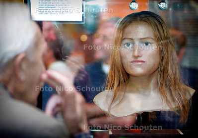 AD/HC - YPKE - reconstructie meisje gevonden bij archeologische opgravingen in Ypenburg. Tentoonstelling stadhuis - RIJSWIJK 4 OKTOBER 2005 - FOTO NICO SCHOUTEN