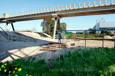 AD/HC - STEENGOOI INCIDENT A4 - het werkterrein van het nieuwe fietsviaduct is makkelijk te betreden, je kan gewoon langs het hek lopen. Een stuk verderop is trap waarmee je op het viaduct kan komen. Her en der liggen objecten. Op het viaduct zelf zijn geen hekken geplaatst die eventuele steengooiers kunnen ontmoedigen - LEIDSCHENDAM 4 OKTOBER 2005 - FOTO NICO SCHOUTEN