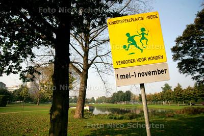 HC/AD - NOTENBOOMPARK, Dit stukje is verboden voor honden. Hier lopen GEEN honden !!! - VOORBURG 7 OKTOBER 2005 - FOTO NICO SCHOUTEN