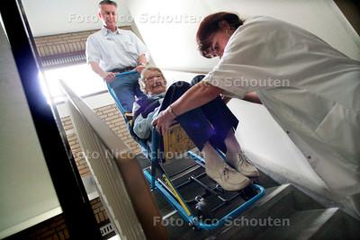 AD/HC - RESCU-CHAIR, Verzorgingshuis Swaenenhove. Wegens werkzaamheden lift. Mevr. Hoek wordt naar beneden gebracht - DEN HAAG 25 OKTOBER 2005 - FOTO NICO SCHOUTEN