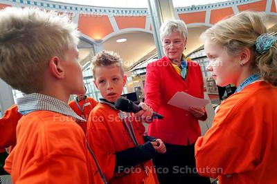 AD/HC - DE VEILIGE SCHOOLPRIJS 2005 - Minister verhoeve interviewt de scholieren die later de prijs zouden krijgen - DEN HAAG 3 OKTOBER 2005 - FOTO NICO SCHOUTEN