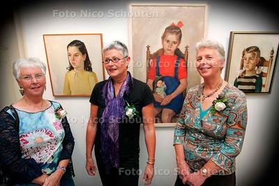 AD/HC - ZUSTERS HELDOORN,  MUSEUM SWAENSTEYN - Bij de door hun vader, Piet Heldoorn, geschilderde portretten. Vlnr Elly, Annelies en Tine,  - RIJSWIJK 8 OKTOBER 2005 - FOTO NICO SCHOUTEN