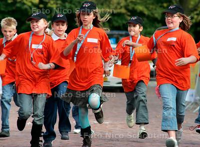 AD/RD - DE VEILIGE SCHOOLPRIJS 2005 - Basisschool de Tandem uit Oud-Beijerland - DEN HAAG 3 OKTOBER 2005 - FOTO NICO SCHOUTEN