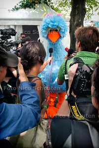 AD/HC - PINO GAAT HANDTEKENINGEN AANBIEDEN VOOR BEHOUD NPS - zeer grote mediabelangstelling - DEN HAAG 5 SEPTEMBER 2005 - FOTO NICO SCHOUTEN